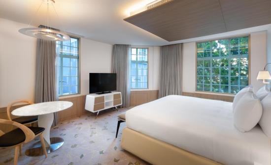 Gran Hotel Corner Suite Bed